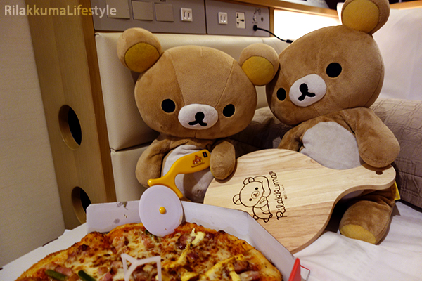 Rilakkuma x Pizza Hut - cutter and board