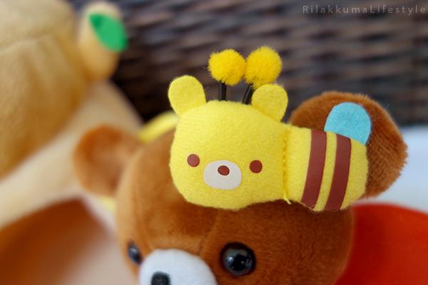てぶくろをとどけに - チャイロイコグマの どんぐりのおうちセット - Kogumachan - Chairoikoguma - Handmade Mittens Series - Acorn House Plush Playset - bee detail