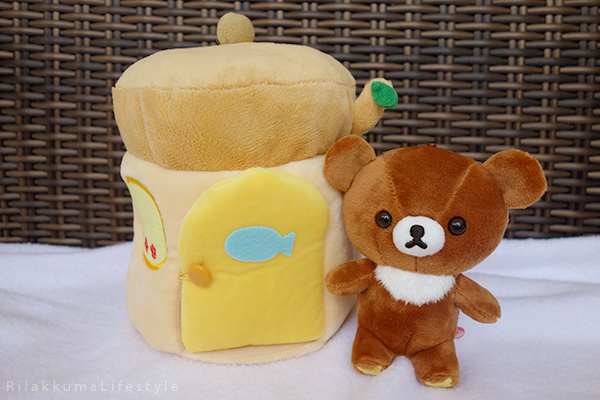 てぶくろをとどけに - チャイロイコグマの どんぐりのおうちセット - Kogumachan - Chairoikoguma - Handmade Mittens Series - Acorn House Plush Playset - outside house detail fish
