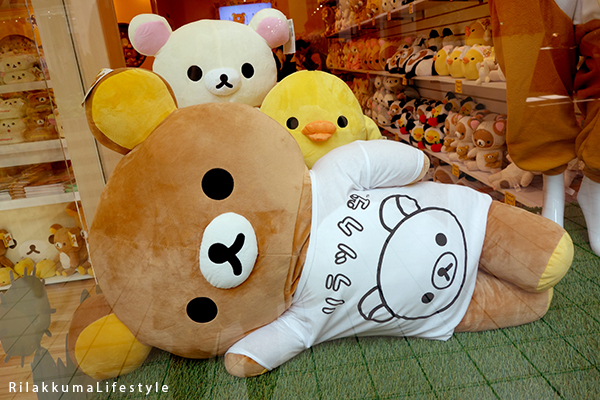 Rilakkuma Lifestyle - Rilakkuma Shop - Soft Opening - Westfield Brandon Center Mall Florida - First Rilakkuma Shop in US - Right window