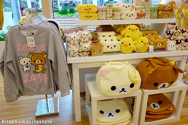 Rilakkuma Lifestyle - Rilakkuma Shop - Soft Opening - Westfield Brandon Center Mall Florida - First Rilakkuma Shop in US - back of front display