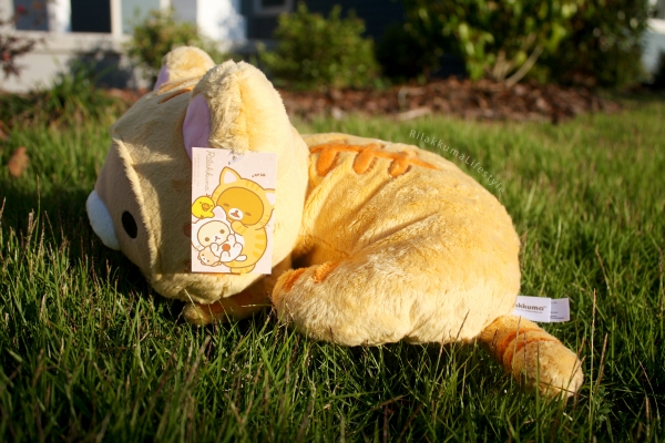 Rilakkuma Lifestyle - Rilakkuma plush - Tiger series - sleepy laydown - cat series - stuffed animal - cute - kawaii - のんびりネコ - リラックマ ぬいぐるみ - side view tag art