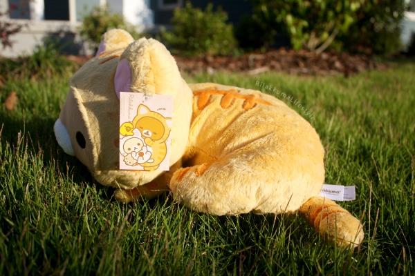 Rilakkuma Lifestyle - Rilakkuma plush - Tiger series - sleepy laydown - cat series - stuffed animal - cute - kawaii - のんびりネコ - リラックマ ぬいぐるみ - side view tag art